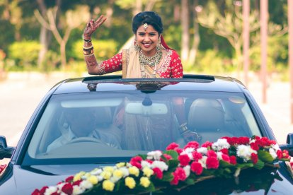 Sharva and Riddhi | Gujarati Wedding | Indian bride looking super happy at her wedding in a red blouse and peach dupatta | Gujarati wedding | Photography by Memoire Photography | Bridal swag