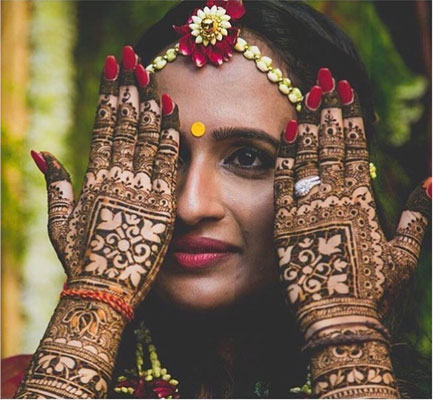 Aniket Mazumdar   Indian bride with super pretty gap style mehendi   bridal mehendi ideas to book mark   Indian bride wearing a pretty floral mathapatti