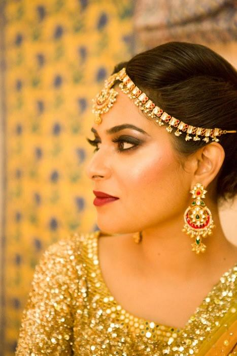 Mathapatti trends | Indian bride in a sequins blouse wearing a pretty gold dainty mathapatti | photo by Tarun Chawla Photography