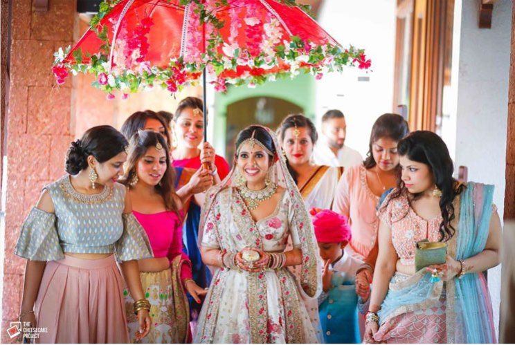 new phoolon ki chadar ideas for a perfect bridal entry | Indian bride entering under an umbrella with her friends | cheesecake project