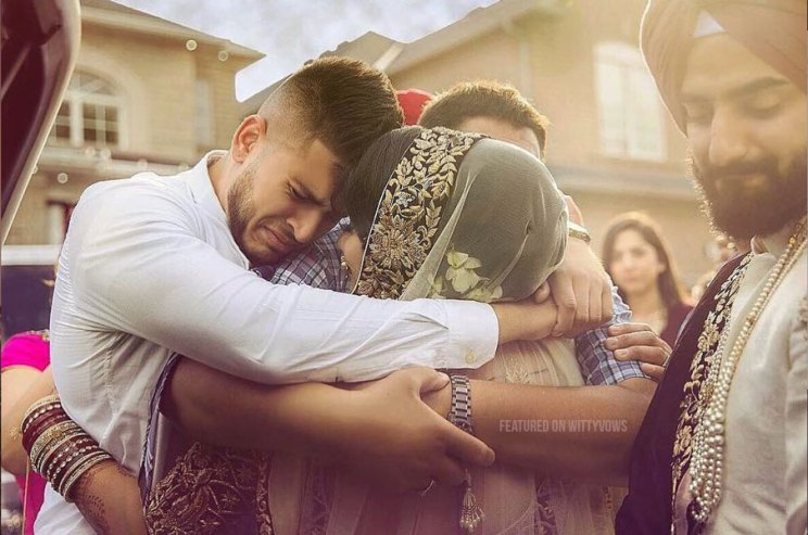 Indian bride with her brothers | Poses for the brother of the bride photos for your wedding | Indian wedding trends 2018 | vidaii hug | brother of teh bride hugging her goodbye