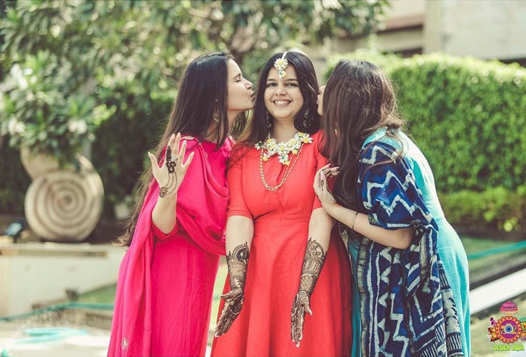 Sister of the bride | Indian bridesmaids | Shiv Shakti Sachdev | Indian weddings | Maid of Honour | Indian wedding Photography | Photos every bridesmaid needs | Candid pictures | Mehendi ideas |