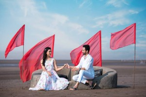 pre wedding shoot | Indian couple | sand castles | date night | romantic photo