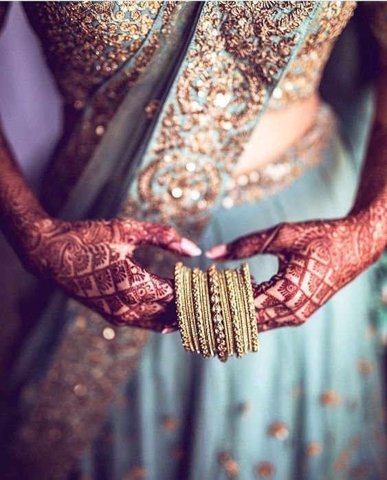 latest bangle designs | Bridal photography | Blue outfits | Offbeat leehnga colors | Golden bangles | Metal bangles | Henna hands | Kade | pretty | Beautiful Jewellery