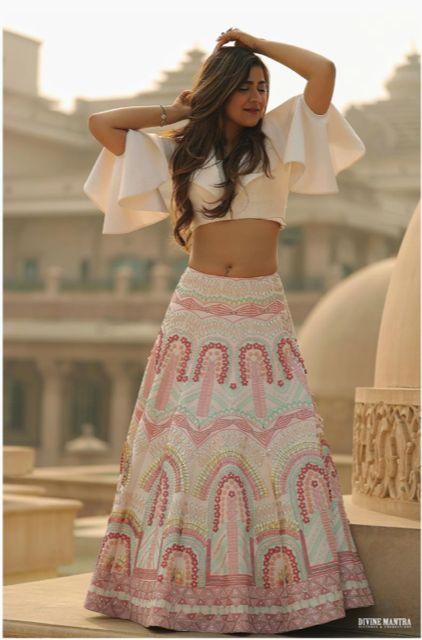 indian mehndi oitufits for 2020 weddings #wittyvows #indianweddingoutfits #mehendioutfits #fusionwear fusion mehendi wear outfit