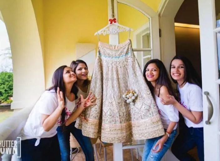 indian bridesmaid with the rbide , getting ready swag poses for indian bride s#wittyvows #indianwedding #2020weddingtrend #indianbride