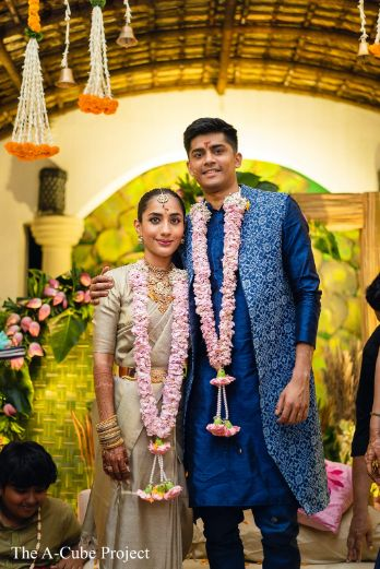 indian couple posing for pictures | beautiful varmala ideas