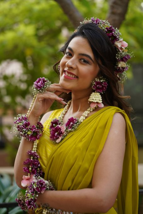 beautiful floral jewellery for the bride on haldi day