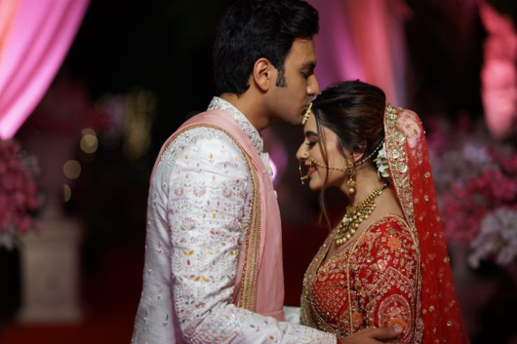 indian couple photo shoot ideas in trend | Prettiest Mumbai Wedding