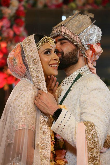 candid couple kiss Bridal blouse | pastel lehenga | indian bride groom | delhi wedding | 2020 weddings #wittyvows #indianwedding #indianbride #pastellehenga