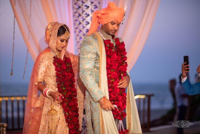 stunning varmala | indian couple | wedding details