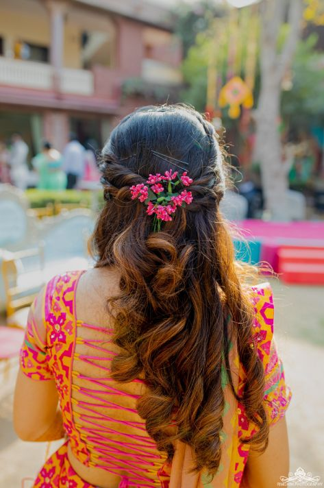Quirky Mehendi function | mehenid hairstyle | pataka bride earings | mehendi accessories | mehendi function | henna #wittyvows #indianwedding # indianbride #floralje