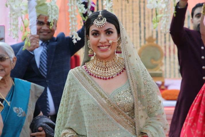 happy bride | phool ki chaddar | bridal entry | close of indian bride | indian bridal jewllerey | wittyvows | chooda designs | nude makeup look destination wedding