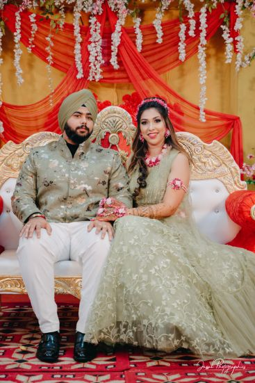 indian couple at their mehendi ceremony | couple outfit ideas |