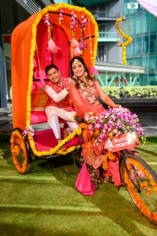 couple photography ideas in a decorated rikshaw |