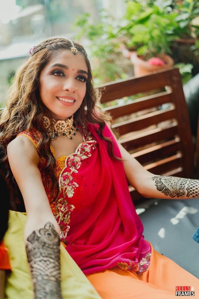 indian bride , bridal hairstyle  mehendi , Mumbai wedding | intimate wedidng | wedding outfit | bridal hair style