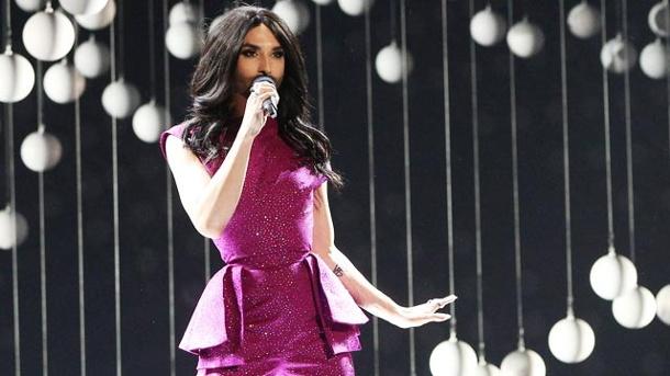 conchita wurst steht beim eurovision song contest in wien auf der ...