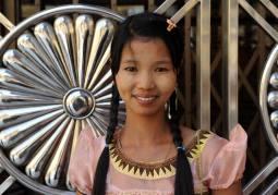 Wdzięk i uroda młodości - dziewczyna spotkana w świątyni Shwedagon w Rangunie (BIRMA)