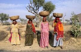 Z koszami na głowach i kolorowaych sukienkach (INDIE)