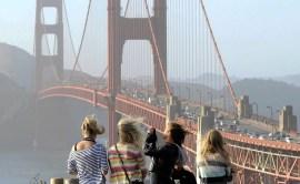 Młode Amerykanki z rozwianymi włosami podziwiają słynny most Golden Gate w San Francisco (STANY ZJEDNOCZONE)