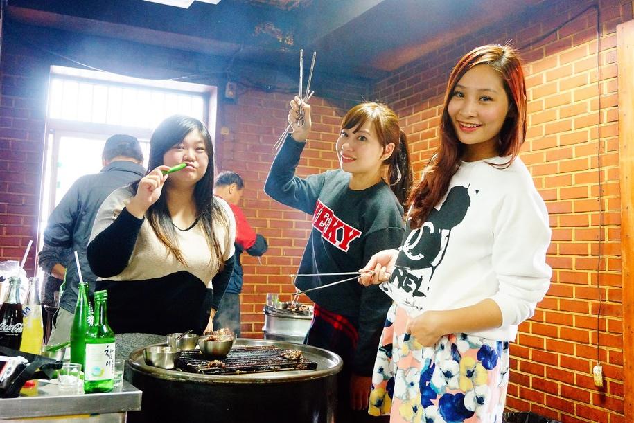 【首爾新村美食】站著吃烤肉,韓國必吃的韓牛,好吃到站著吃也甘願