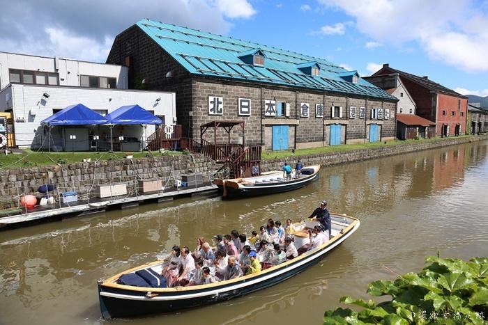 【北海道小樽景點】小樽運河遊船,吹著微風搭遊船,百年老倉庫歷史韻味(15)