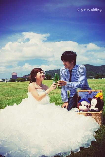 [♥囍♥]LOMO自助婚紗part 1~藍天白雲草地野餐篇(婚紗外拍小提醒)