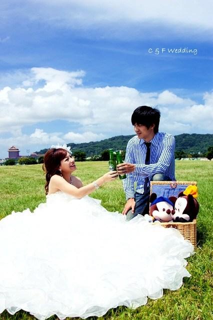 [♥囍♥]LOMO自助婚紗part 1~藍天白雲草地野餐篇(婚紗外拍小提醒) @小環妞 幸福足跡