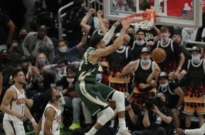 Giannis dunk Suns AP
