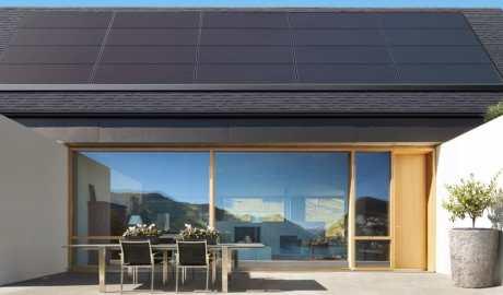 Koncern Tesla zaprezentował nowe modele dachowych paneli solarnych o mocy 325 W - wlaczoszczedzanie.pl