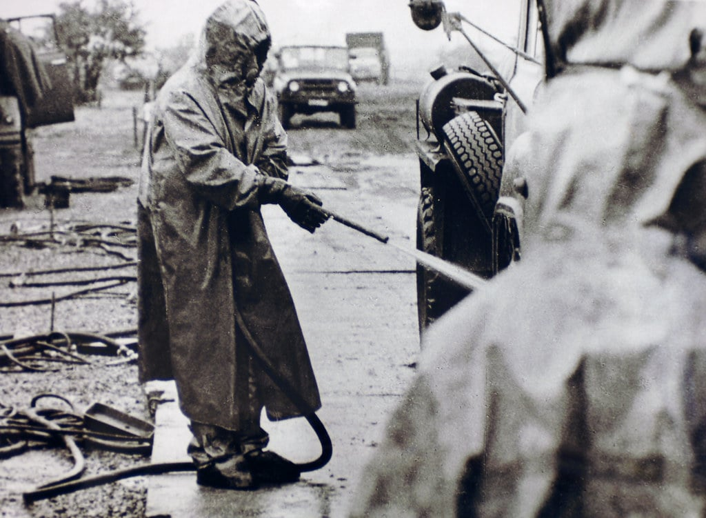 Żołnierz podczas czynności odkażania