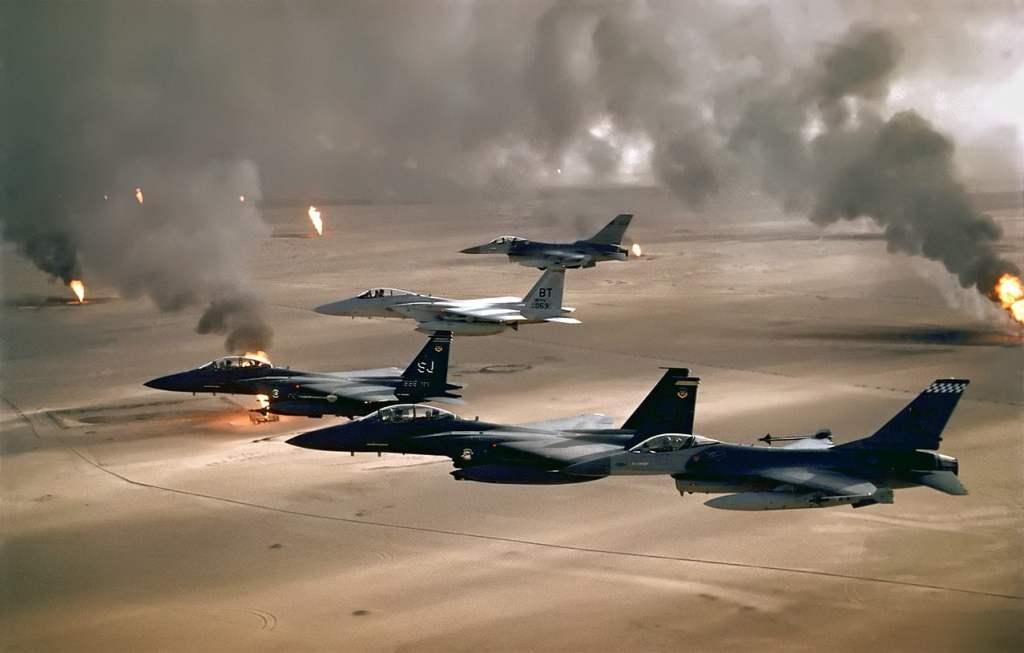 Samolot USAF F-16 F-15C i F-15E przelatuje nad płonącymi szybami ropy naftowej w Kuwejcie / @ Public domain
