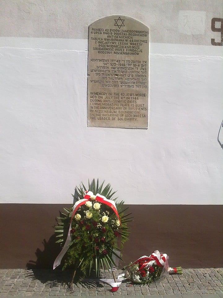 Tablica z 1990 r. umieszczona na kamienicy przy ul. Planty 7, z inicjatywy Lecha Wałęsy przez Fundację Rodziny Nissenbaumów