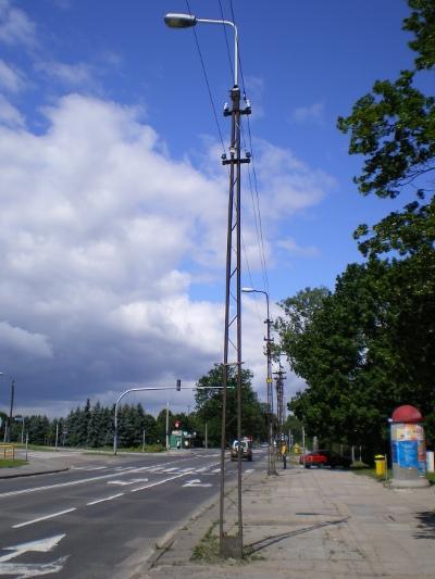Być może już wkrótce takie słupy nie będą jedynymi śladami obecności tramwajów w Olsztynie (Bałtycka przy skrzyżowaniu z aleją Przyjaciół)
