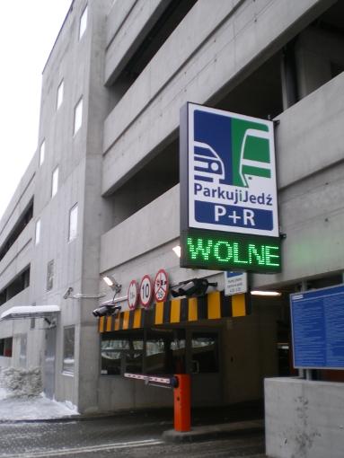 Wjazd na parking Parkuj i jedź przy warszawskim węźle przesiadkowym Młociny