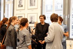 Studiengangsleiterin Prof. Dr. Annette Leßmöllmann im Gespräch (Foto: Tanja Schmith)