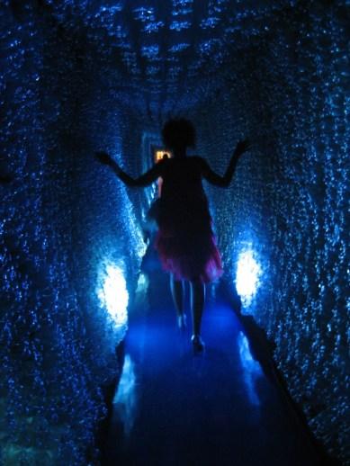 Tunel de acesso à passarela feito de garrafas PET recicladas