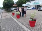 Tholey: Rote Blumenkübel sorgen mit ihren Pflanzen für neue Akzente