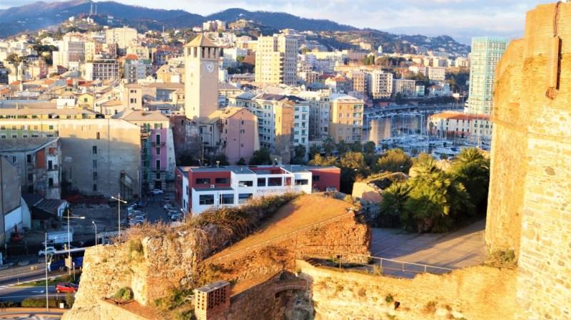 Blick auf die Stadt Savona von der Festung Priamàr, Ligurien Italien