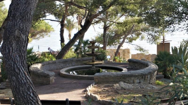 Kanonen und exotische Pflanzen wirken wie im Film - Ligurien am Mittelmeer