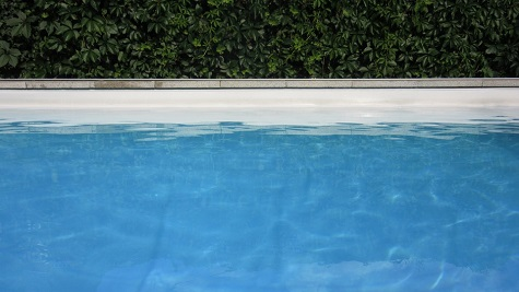 Kleinkind ertrinkt im Swimmingpool