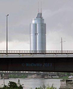 Ist der Tower auf die Brücke gebaut? ;)