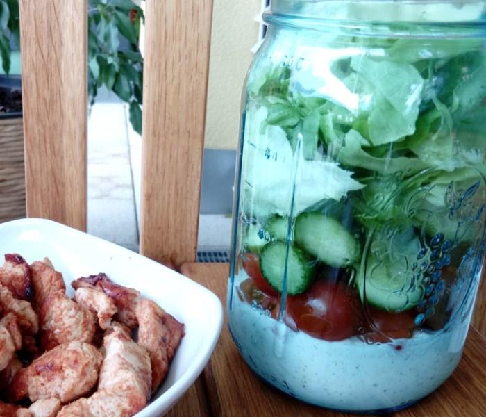 Bunter Salat mit Putenstreifen und Brombeer-Porridge