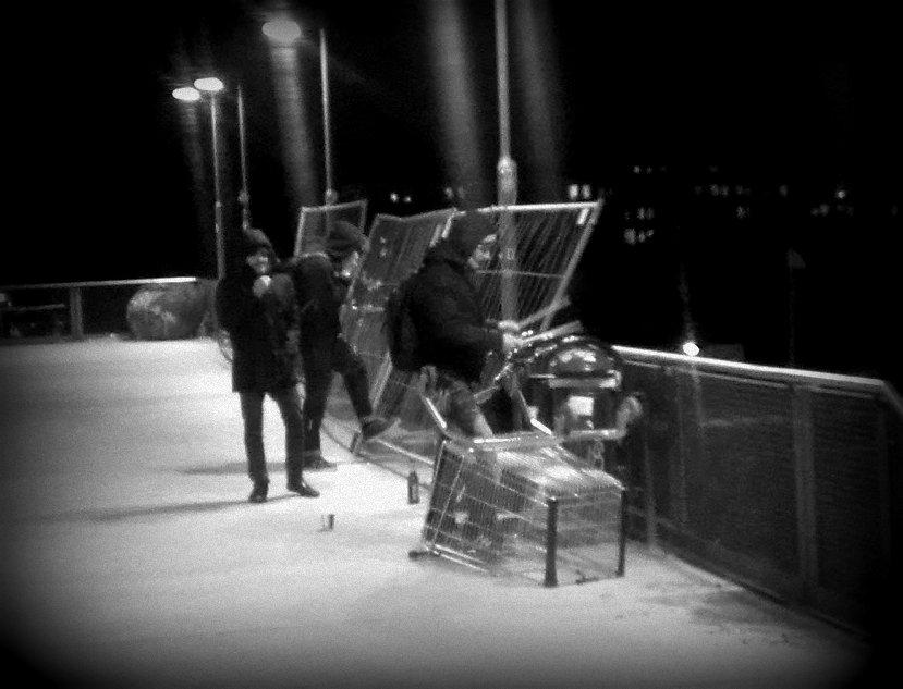 Alternatives Schlagzeug auf der Warschauer Brücke, Januar 2013