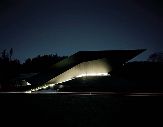 """""""Delugan Meissl Associated Architects Projekt: Die Geometrie des Festspielhauses stellt das Gebäude in adäquates Verhältnis zum bestehenden Passionsspielhaus."""""""