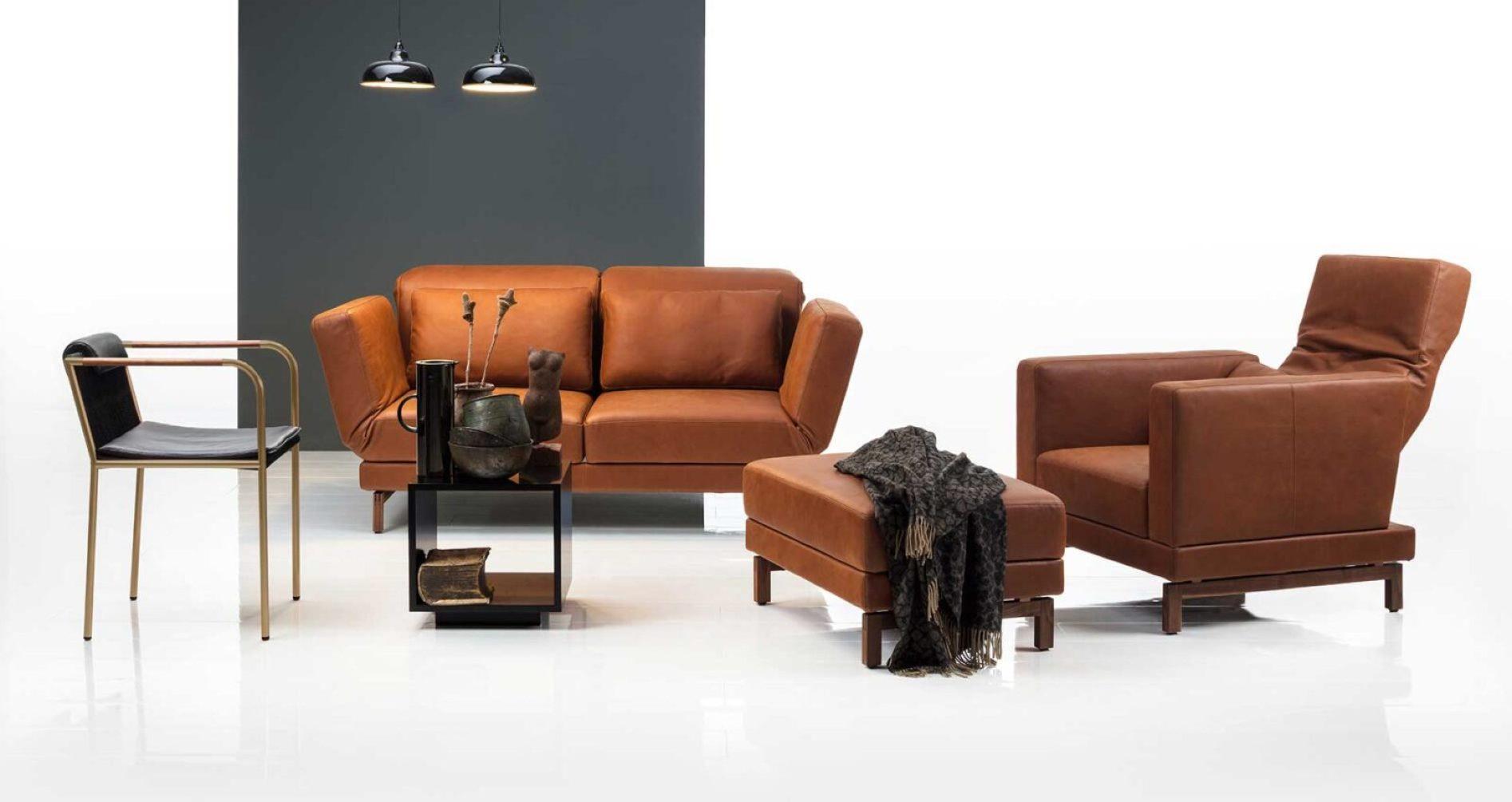 Das Design Sofa Moule von Brühl. Das vielseitige Modell lässt Sie Größe, Stoff, Leder und mehr bestimmen. Vieles ist möglich: Wohnlandschaft, Sofa, Ecksofa, Sessel oder Hocker. Das Funktionssofa Moule können Sie für jeden Raum einsetzen: Wohnzimmer, Büro und mehr. Hier zu sehen, das Relaxsofa Moule Medium, Sessel und Hocker, in naturbelassenem Leder in der Farbe cognac.