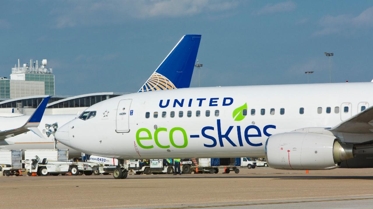 United Airlines realiza el primer vuelo comercial más ecológico de la historia
