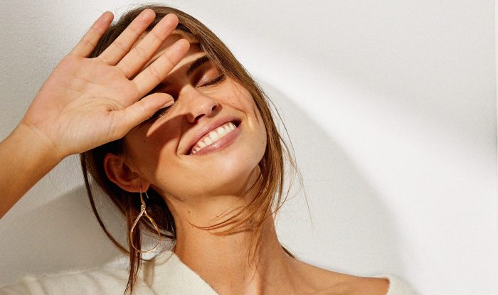 Evita que la luz del celular lastime tu piel