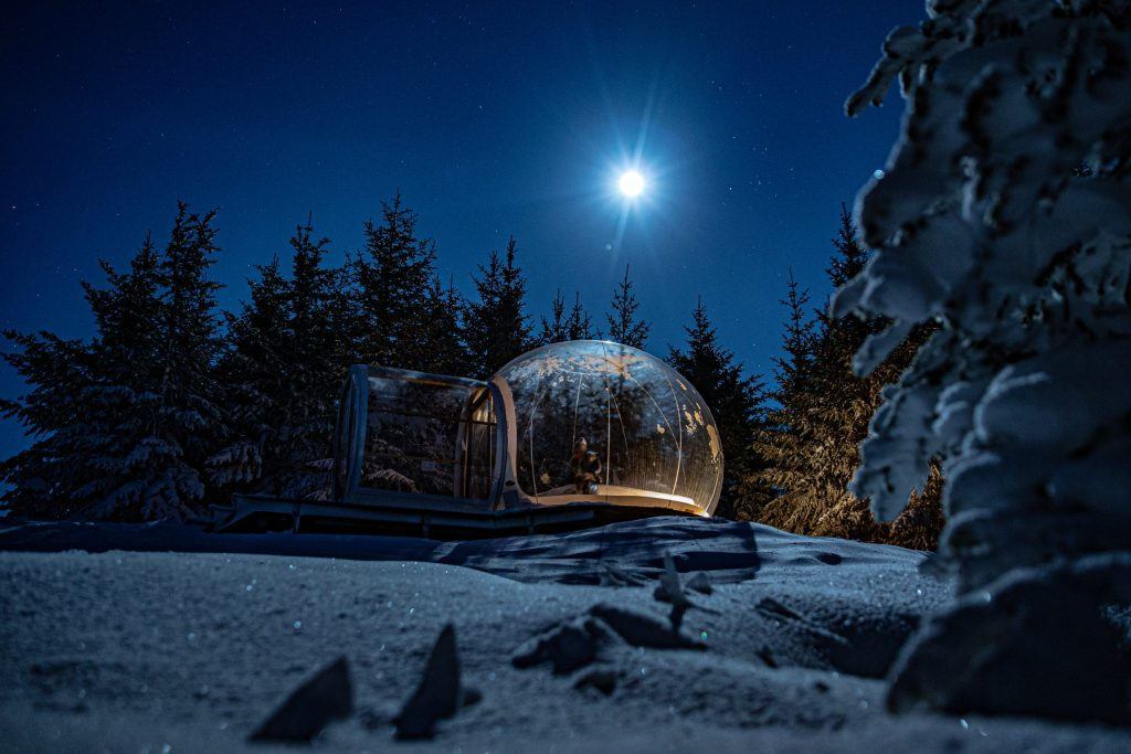 El lugar ideal para dormir: una burbuja bajo auroras boreales