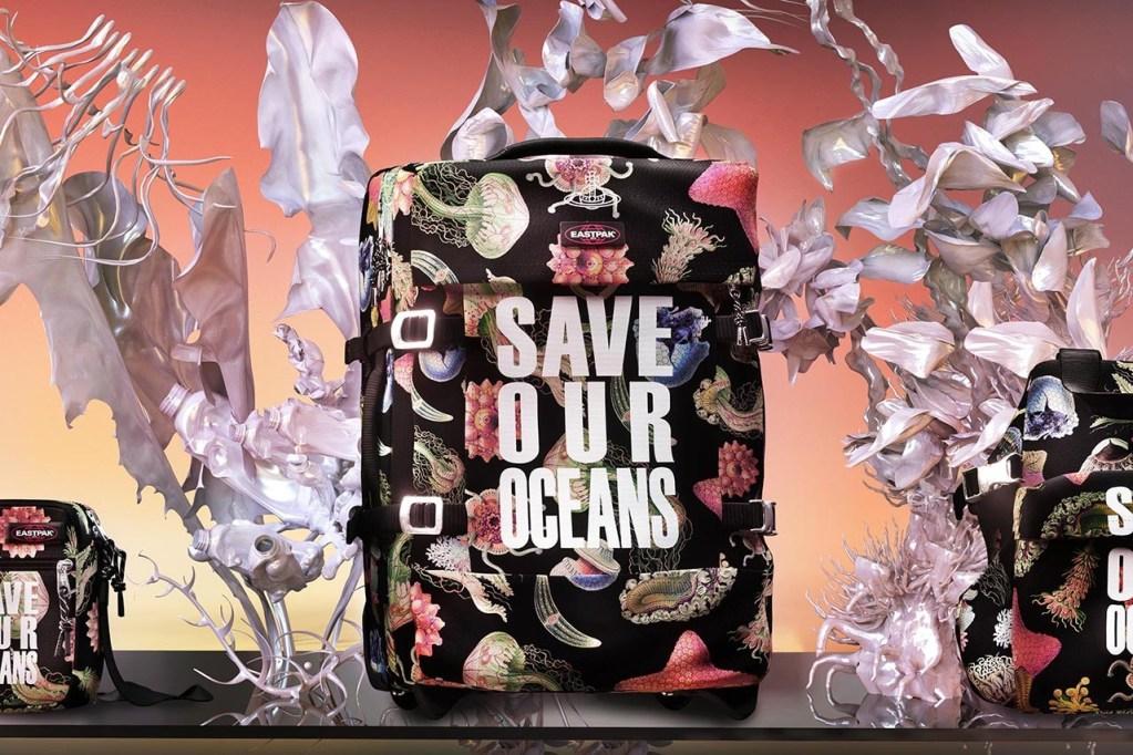 Vivienne Westwood y Eastpak hacen accesorios con plástico reciclado